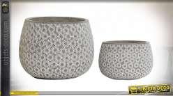 Cache pot en ciment avec motifs floraux, finition gris pierre et blanc effet ancien, ambiance champêtre, Ø20cm