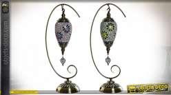 Série de deux lampes à poser esprit lanterne orientale suspendue en mosaïque, pied en métal finition laiton, 56cm