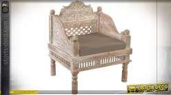 Fauteuil de style classique en bois d'acacia sculpté finition chêne clair blanchi, assise en polyester brun, 88.5cm
