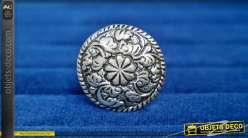 Bouton de meuble en aluminium, forme ronde avec fleur centrale à 9 pétales et enroulement de feuillage, finition argentée vieillie, Ø3cm