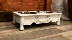 Gamelle pour chien ou chat en bois finition blanc cassé, 2 bols en inox et motifs floraux en relief, 41cm