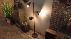 Lampadaire à trois feux en métal, finition laiton vieilli, ambiance atelier de fabrication de 142cm