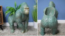 Grosse jardinière en résine en forme de gorille, finition vert amande effet vieilli, 62cm de hauteur finale