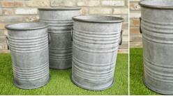 Série de trois caches pots en métal type zinc vieilli, esprit baril de ferme avec anses, Ø38cm