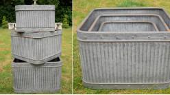 Série de trois jardinières carrées en métal type zinc, finition effet vieilli oxydé, ambiance ancienne ferme, 41cm