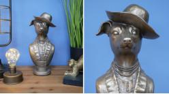 Représentation d'un chien chapoté en version trophée à poser en résine, effet métal vieilli, 31cm