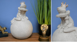 Prince charmant sur son trône version grenouille couronnée sur caillou, en résine finition ciment effet pierre, ambiance contes de fées, 36cm