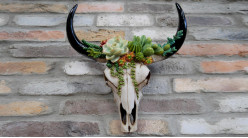 Tête de chèvre couronnée de fleurs, déco murale ambiance boho colorée, finitions réalistes, 43cm