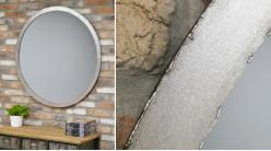 Grand miroir mural en métal de Ø100cm, soudures apparantes et finition chrome vieilli, ambiance industrielle