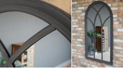 Grand miroir fenêtre en bois de forme arrondie, finition noir charbon effet vieilli, ambiance romantico chic, 140cm