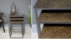 Série de trois tables gigognes en métal avec plateaux effet marqueterie florale, finition anthracite et brun brillant, 55cm