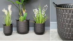 Série de trois jardinières cache-pots en métal avec anses de transport, finition anthracite et rebords laiton, Ø45cm