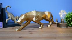Représentation d'un léopard en résine finition vieux doré effet brossé, ambiance géométrique moderne, 46cm