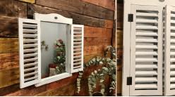 Miroir mural en bois finition blanc ancien, forme de fenêtre avec volets persiennes, ambiance jardin d'hiver romantique, 58cm