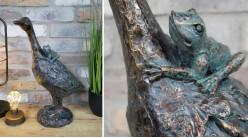 Représentation d'une oie en résine qui porte sur son plumage une grenouille, ambiance fable de la Fontaine, finition bronze, 45cm