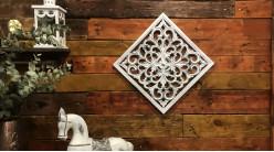 Décoration murale en forme de panneau effet bois sculpté, finition blanc vieilli gris, ambiance claire vintage, 40cm