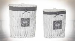 Série de deux paniers à linge en osier patiné blanc, doublure en tissu gris, 60cm