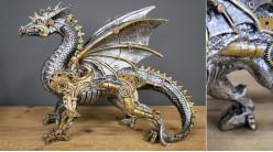 Représentation d'un dragon en version steampunk, en résine effet métal argentée avec touches dorées et finition laiton, 31cm