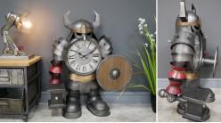 Horloge très originale en métal représentant un guerrier avec marteau et bouclier, finition anthracite effet brossé, ambiance industrielle, 86cm