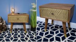 Table de chevet en bois de manguier massif et laiton, un tiroir habillé de zébrures en relief finition dorée brossé, 51cm
