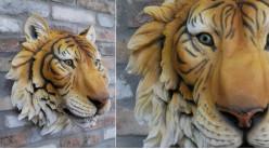 Trophée mural en résine représentant un tigre de Sumatra au regard perçant, finition colorée chaude, ambiance safari, Ø50cm