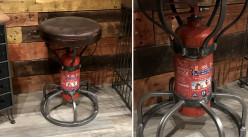 Tabouret de style industriel récup avec pied en extincteur, assise rembourée effet vieux cuir, soudures apparentes, 51cm