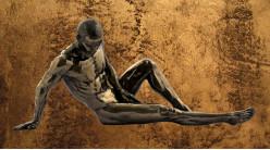 Etendu et détendu, représentation d'un homme nu en résine finition vieux bronze effet doré, collection Nudités, 26cm