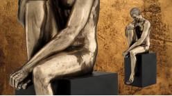 Pensif et méditatif, représentation d'un homme nu assis sur un piédestal, en résine finition vieux bronze, collection Nudités, 20cm
