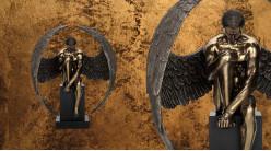 Majestueux et patient, grande représentation d'un ange masculin sur piédestal, en résine finition vieux bronze, collection Nudités, 61cm