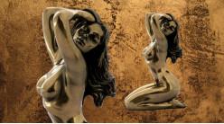 Charme et attraction, représentation d'une femme à genoux aux cheveux longs, en résine finition dorée vieillie, collection Nudités, 14cm