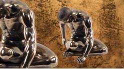 Détente et plaisir, représentation d'un homme assis la tête de coté, en résine finition dorée effet ancien, collection Nudités, 20cm