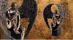 Questions et solitude, représentation d'un ange sur piédestal en résine, finition dorée bronze, collection Nudités, 26cm