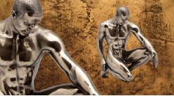 Soumission et élégance, représentation d'un homme nu avec genoux à terre, en résine finition cuivrée bronze, collection Nudités, 15cm