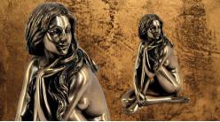Rêveries et enchantements, représentation d'une jeune fille assise, en résine finition bronze doré, collection Nudités, 13cm