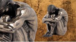 Triste et pensif, représentation d'un homme la tête sur les genoux, en résine fintion bronze doré, collection Nudités, 16cm