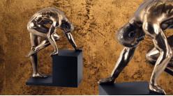 Vaillant et persistent, représentation d'un homme s'appuyant sur un piédestal, finition bronze doré effet laiton, collection Nudités, 20cm