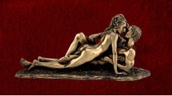 Intimité dévoilée, représentation d'un couple allongé, en résine finition vieux bronze et doré, collection Amoureux eternels, 27cm