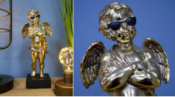 Représentation d'un angelot sur socle, en résine finition dorée effet chromé, ambiance contemporaine, lunettes noires sur les yeux, 29cm
