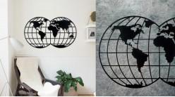 Grande carte du monde à suspendre, en métal finition noir charbon, ambiance moderne contemporaine, 100cm