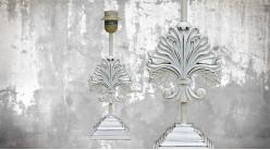 Pied de lampe en bois sculpté, modèle Delap Uliga de 35cm, finition naturelle blanchie décapée, ambiance appartement du roi