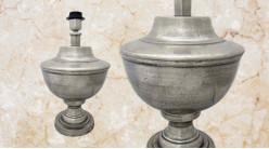 Pied de lampe amphore en bois, modèle Genève de 38cm, finition effet métal argenté vieilli, ambiance demeure début du siècle