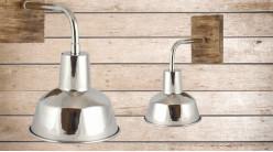 Base d'applique en bois richement veiné et abat jour en métal chromé, ambiance chalet moderne, 27cm