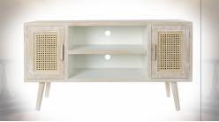 Meuble TV en bois finition naturelle blanchie, portes ajourées en cannage de rotin ambiance shabby chic, 110cm