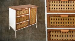 Meuble d'entrée en bois et métal décapé blanc, tiroirs et porte cannés finition miel, ambiance vieille campagne, 83cm