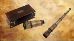 Reproduction d'une longue vue en laiton et effet cuir, avec coffret en bois finition vieux chêne, 32cm