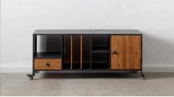 Meuble TV en bois de sapin texturé et acier finition charbon, avec roues, ambiance atelier, 120cm