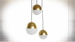 Suspension luminaire 3 feux en métal finition dorée ambiance moderne chic, 80cm
