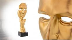 Sculpture en céramique montée sur socle, forme de visage avec doigt devant la bouche, 45cm