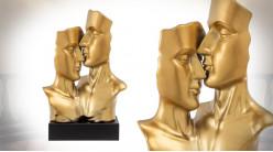 Sculpture d'un couple qui s'embrasse, en céramique montée sur socle en bois, noir et or, 58cm