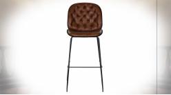 Chaise de bar à dossier capitonné imitation cuir finition brun foncé ambiance rétro, 114cm
